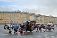 Η horse-drawn μεταφορά στο τετράγωνο παλατιών Στοκ φωτογραφία με δικαίωμα ελεύθερης χρήσης