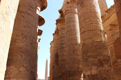 Η hypostyle αίθουσα και ο οβελίσκος στο ναό Karnak Στοκ Εικόνες