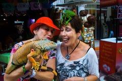 Η Jane και η Judy συναντούν το Iquanas Στοκ Εικόνες