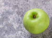 Η Juicy ώριμη πράσινη Apple με τις πτώσεις νερού Στοκ εικόνα με δικαίωμα ελεύθερης χρήσης
