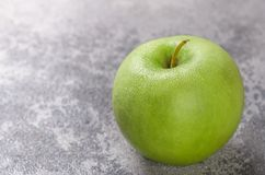 Η Juicy ώριμη πράσινη Apple με τις πτώσεις νερού Στοκ Εικόνες