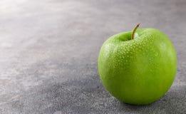 Η Juicy ώριμη πράσινη Apple με τις πτώσεις νερού Στοκ φωτογραφία με δικαίωμα ελεύθερης χρήσης