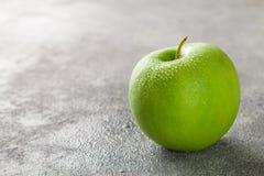 Η Juicy ώριμη πράσινη Apple με τις πτώσεις νερού Στοκ Φωτογραφία