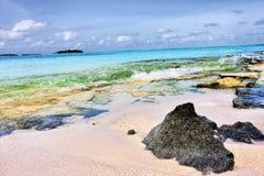Η Maldivian ακτή με το διαφανές νερό χτυπά την κοραλλιογενή ύφαλο Στοκ Φωτογραφία
