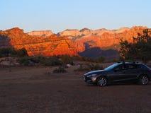 Η Mazda 3 απόψεις θέσεων για κατασκήνωση απόλαυσης Mesa σε Zion Γιούτα στοκ φωτογραφίες