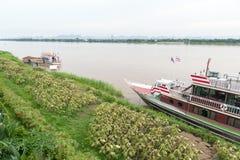 Η Mekong κρουαζιέρα παραδείσου, κρουαζιέρα βαρκών τουριστών κατά μήκος του ποταμού Μεκόνγκ στην επαρχία Nakhon Phanom, της Ταϊλάν Στοκ εικόνα με δικαίωμα ελεύθερης χρήσης