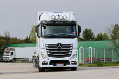Η Mercedes-Benz Actros βγαίνει την αποθήκη φορτηγών Στοκ εικόνα με δικαίωμα ελεύθερης χρήσης