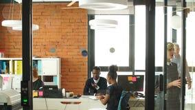 Η multy-εθνική επιχειρησιακή ομάδα ξεκινήματος έχει συναντηθεί από κοινού Αναπτύξτε την επιχειρησιακή έννοια Επιχειρηματικές μονά απόθεμα βίντεο