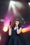 Η Natalie Prass (τραγουδιστής και τραγουδοποιός) εκτελεί στο βράχο το EN φεστιβάλ του Σηκουάνα Στοκ Εικόνες