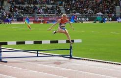 Η Natalya Aristarkhova από τη Ρωσία ΑΝΤΑΓΩΝΙΖΕΤΑΙ στα 3000 μέτρα καμπαναριών στα διεθνή υπαίθρια παιχνίδια DecaNation Στοκ φωτογραφίες με δικαίωμα ελεύθερης χρήσης