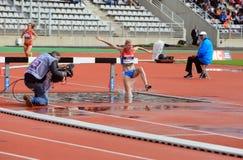 Η Natalya Aristarkhova από τη Ρωσία ΑΝΤΑΓΩΝΙΖΕΤΑΙ στα 3000 μέτρα καμπαναριών στα διεθνή υπαίθρια παιχνίδια DecaNation Στοκ Εικόνες