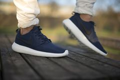 Η Nike Roche τρέχει 2 παπούτσια στην οδό Στοκ εικόνες με δικαίωμα ελεύθερης χρήσης