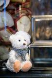 Η Plushy άσπρη συνεδρίαση teddy αντέχει απομονωμένος, ιδέα δώρων Χριστουγέννων, τ Στοκ Φωτογραφίες