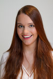 Η Redhead νέα γυναίκα φαίνεται πολύ ευτυχής Στοκ Εικόνες