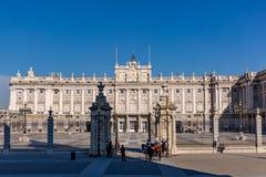 Η Royal Palace στη Μαδρίτη Ισπανία με τις φρουρές στοκ φωτογραφία με δικαίωμα ελεύθερης χρήσης