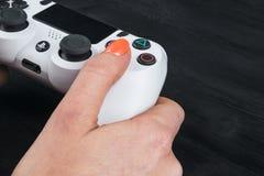 Η Sony PlayStation 4 ελεγκτής παιχνιδιών dualshock στα gamers δίνει στο μαύρο πυροβολισμό στούντιο υποβάθρου Στοκ φωτογραφία με δικαίωμα ελεύθερης χρήσης