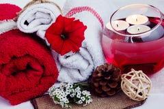 Η SPA αποτελείται από τις πετσέτες, κεριά, λουλούδια, και aromatherapy Στοκ φωτογραφία με δικαίωμα ελεύθερης χρήσης