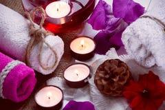 Η SPA αποτελείται από τις πετσέτες, κεριά, λουλούδια, κώνος και aromatherapy Στοκ Εικόνες