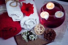 Η SPA αποτελείται από τις πετσέτες, τα κεριά, τα λουλούδια, και το aromatherapy νερό Στοκ φωτογραφία με δικαίωμα ελεύθερης χρήσης