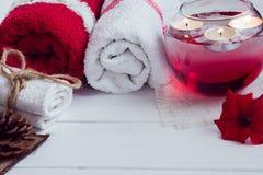 Η SPA αποτελείται από τις πετσέτες, τα κεριά, τα λουλούδια, και το aromatherapy νερό Στοκ Φωτογραφίες