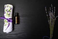 Η SPA και η σύνθεση wellness με αρωματισμένος lavander ανθίζουν στον ξύλινους πίνακα και την πετσέτα, aromatherapy, ελεύθερου χώρ στοκ φωτογραφία με δικαίωμα ελεύθερης χρήσης