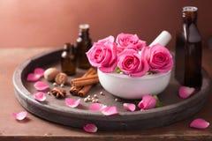 Η SPA και aromatherapy καθορισμένος αυξήθηκαν καρυκεύματα κονιάματος Στοκ Φωτογραφία