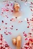 Η SPA χαλαρώνει το λουτρό λουλουδιών Υγεία γυναικών, θεραπεία ομορφιάς, προσοχή σώματος Στοκ Εικόνα
