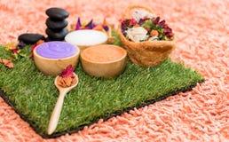 Η SPA Aromatherapy τρίβει την αλατισμένη κρέμα που τίθεται με το λουλούδι Στοκ φωτογραφία με δικαίωμα ελεύθερης χρήσης