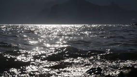 Η The Sun λάμπει στο θαλάσσιο νερό απόθεμα βίντεο