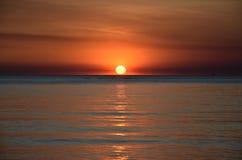 Η The Sun πετά τις πορτοκαλιές σκιές πέρα από έναν ουρανό βραδιού στοκ εικόνες με δικαίωμα ελεύθερης χρήσης