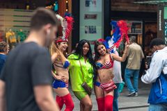 Η Times Square είναι μια εικονική οδός της πόλης της Νέας Υόρκης Άποψη οδών, τουρίστες, καλλιτέχνες οδών στοκ εικόνες