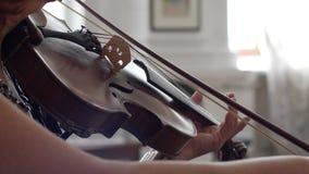 Η Unrecognizable γυναίκα κρατά fiddlestick υπό εξέταση και παιχνίδι σε μια κινηματογράφηση σε πρώτο πλάνο βιολιών απόθεμα βίντεο