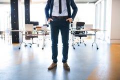 Η Unrecognizable στάση επιχειρηματιών στο γραφείο του, παραδίδει pock Στοκ Εικόνα
