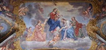 Η Virgin Mary με το μωρό Ιησούς περιέβαλε από τους Αγίους και τους αγγέλους Στοκ Φωτογραφία