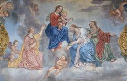 Η Virgin Mary με το μωρό Ιησούς περιέβαλε από τους Αγίους και τους αγγέλους Στοκ Εικόνες