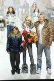 Η Yana Rudkovskaya και Evgeni Plushenko παρουσιάζουν ενδύματα Στοκ Φωτογραφίες
