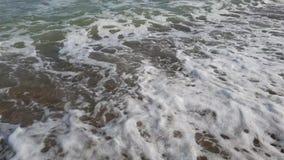Θάλασσας κυμάτων υπόβαθρο παραλιών ομορφιάς θερινού σε αργή κίνηση φυσικό παραδείσου ηλιόλουστο απόθεμα βίντεο