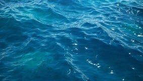 Θάλασσα ή ωκεανός, άποψη κινηματογραφήσεων σε πρώτο πλάνο κυμάτων Μπλε θαλάσσιο νερό κυμάτων Μπλε κρύσταλλο - καθαρίστε το νερό Κ ελεύθερη απεικόνιση δικαιώματος
