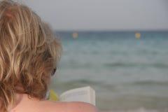 θάλασσα ανάγνωσης βιβλίω στοκ εικόνες