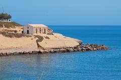 Θάλασσα, δύσκολο ακρωτήριο με την εκκλησία Πόρτο-Torres, Ιταλία Στοκ φωτογραφία με δικαίωμα ελεύθερης χρήσης