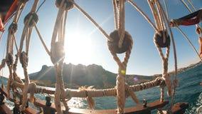 Θάλασσα και ήλιος σχοινιών βαρκών απόθεμα βίντεο
