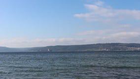 Θάλασσα και ήρεμοι ουρανοί απόθεμα βίντεο