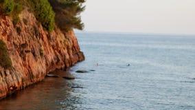 Θάλασσα και απότομοι τραχιοί απότομοι βράχοι στην Ισπανία φιλμ μικρού μήκους