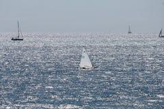 Θάλασσα και γιοτ Στοκ φωτογραφία με δικαίωμα ελεύθερης χρήσης