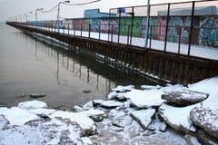Θάλασσα και πάγος το χειμώνα και τον κρύο χρόνο Στοκ Φωτογραφίες