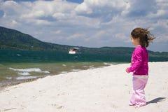 θάλασσα κοριτσιών ακτών Στοκ Εικόνες