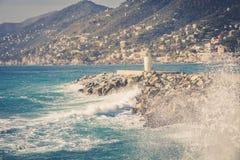 Θάλασσα, κύματα, βουνά και φάρος Camogli Ιταλία Στοκ Φωτογραφίες