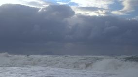 Θάλασσα με τα υψηλά κύματα και τα σύννεφα φιλμ μικρού μήκους