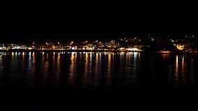 Θάλασσα με την παραλία τή νύχτα ευρεία φιλμ μικρού μήκους