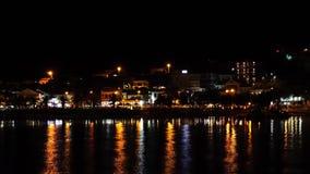 Θάλασσα με την παραλία τή νύχτα ευρεία απόθεμα βίντεο